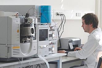 Mitarbeiter an einem Massenspektrometer